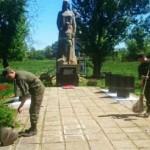 Галицкие гвардейцы в зоне АТО поработали над памятником воинам Второй мировой войны