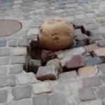 Ремонт от Садового: в обновленном Армянском дворике каменная пуля проломила брусчатку