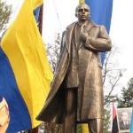 «Клонированный Бандера». Сколько двойников у львовского памятника Проводнику?