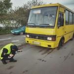 Во Львове патрульные проверили маршрутки перед выпуском на линию. За технические неисправности часть автобусов вернули обратно