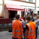 В центре Львова предприниматели оказывают сопротивление коммунальщикам, которые хотят демонтировать незаконные летние площадки