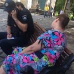 Муниципалы задержали лиц, которые торговали алкоголем на скамейке в парке
