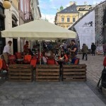 Жители Львова жалуются на летнюю площадку на тротуаре
