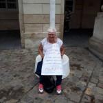 Уже 13-тый день под городским советом голодает учительница