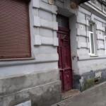 В центре Львова кусок от балкона чуть не упал на голову пожилой женщине (фото)