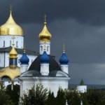 «Это наша земля!»: Монахи Почаевской Лавры не пустили львовских паломников к храму (видео)