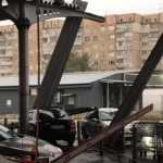В Львове металлическая конструкция упала на автомобиль. Фото